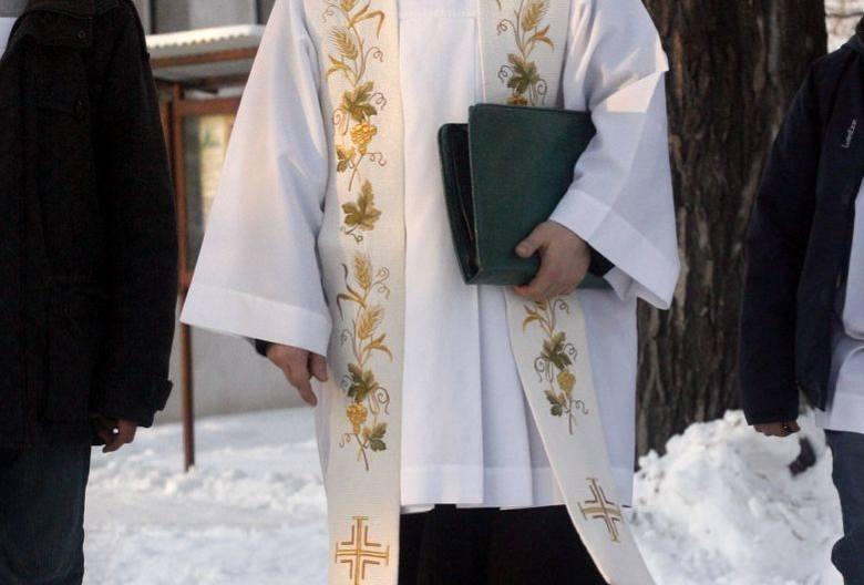 W większości parafii wręczanie kopert z datkami jest jednak normalną praktyką i nikogo nie dziwi. Niektórzy księża jasno informują wiernych, na co zamierzają