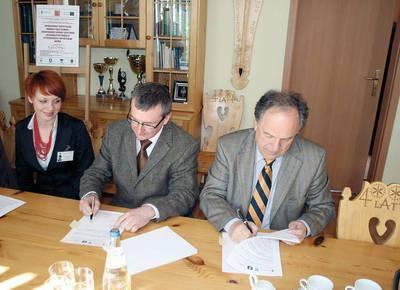 Na zdjęciu od prawej: Janusz Majcher, Eryk Miłosz - dyrektor oddziału POLDIM i Anna Maria Gilner - podinspektor Wydziału Rozwoju Lokalnego i Inwestycji
