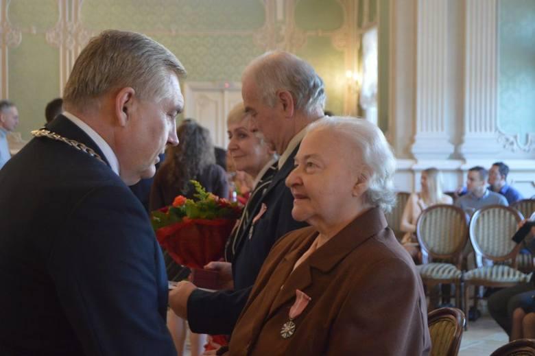 """Pałac Branickich. Prezydent miasta odznaczył mieszkańców obchodzących """"złote gody"""""""