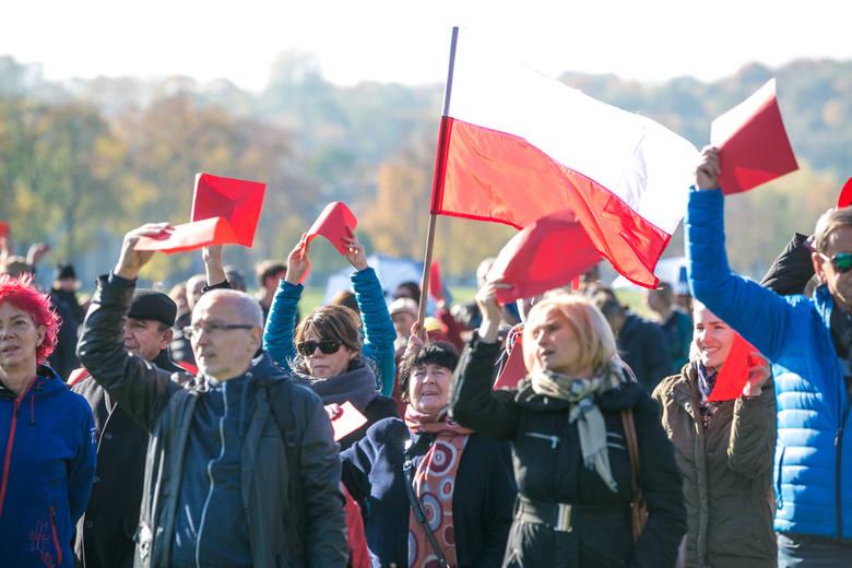 """Wielki napis """"Mamy dość!"""" ułożyli  na Błoniach przeciwnicy rządu PiS [ZDJĘCIA, WIDEO]"""
