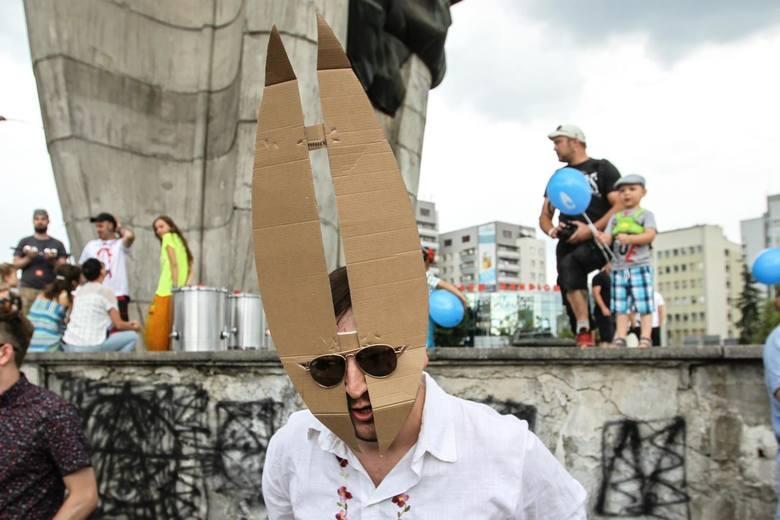 Kilkaset osób mimo przelotnie padającego deszczu spędziło niedzielne popołudnie na happeningu w obronie Pomnika Czynu Rewolucyjnego w Rzeszowie.Happening,