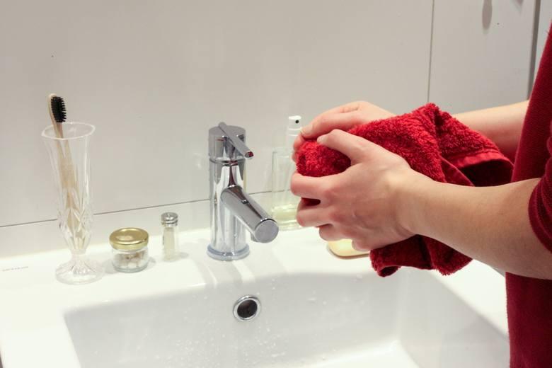 Dezynfekując mieszkanie należy także regularnie myć dłonie