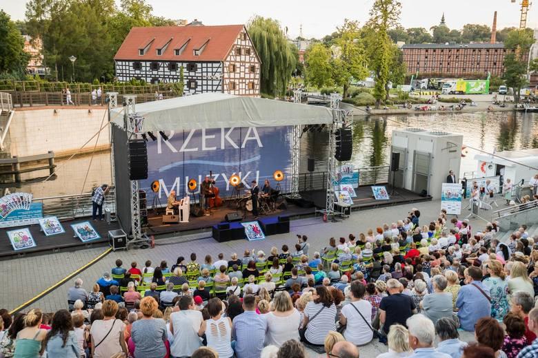 Znakomity polski wokalista jazzowy Janusz Szrom wraz zespołem instrumentalistów zaprezentował w niedzielę utwory wokalne Krzysztofa Komedy. Piosenki