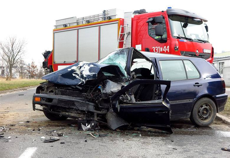 Czołowe zderzenie przy WORD w Piotrkowie. Dwie osoby trafiły do szpitala