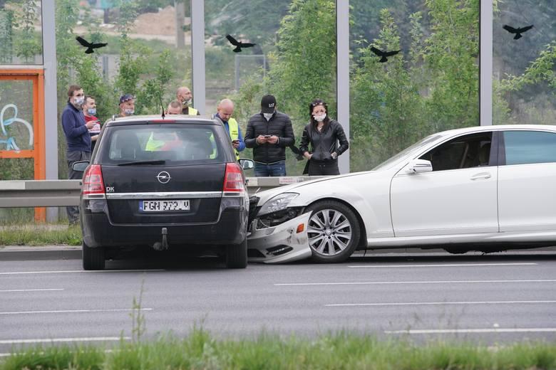 Aż pięć osobówek zderzyło się na ulicy Hlonda w Poznaniu. Do zdarzenia doszło po godzinie 18 w poniedziałek, 4 maja. Kolejne zdjęcie -->