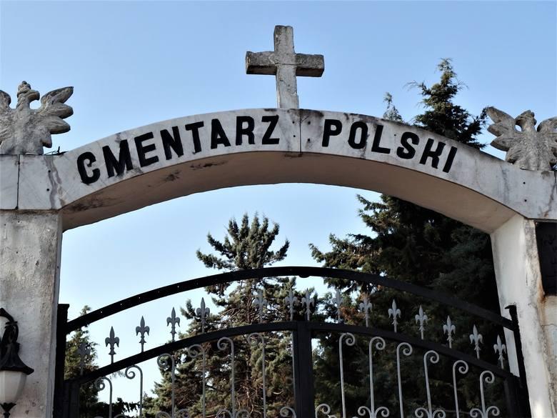Napis na bramie wejściowej cmentarza