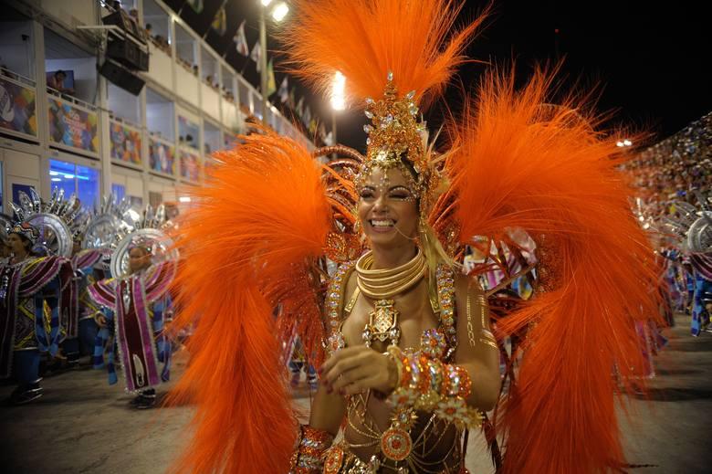 Pióra, cekiny, wymyślne kostiumy, głośna muzyka i mnóstwo innych atrakcji – to najbardziej kochamy w karnawale. I nie trzeba lecieć do Rio de Janeiro,