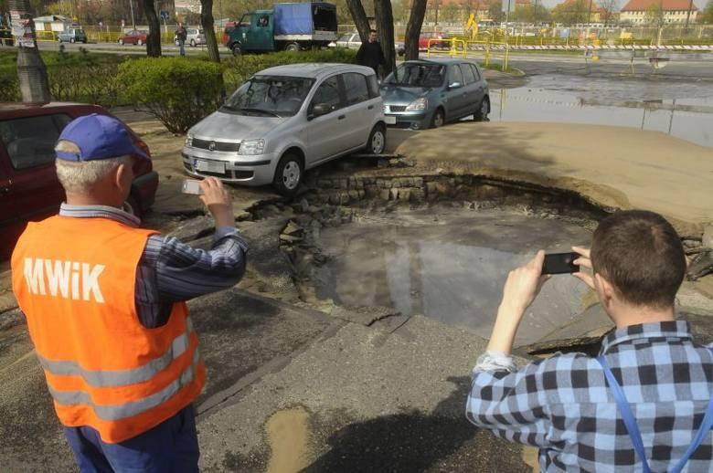We wtorek, 24 kwietnia, zapadła się jezdnia na osiedlu Leśnym w Bydgoszczy. Pękła jedna z rur biegnących pod ulicą 11 Listopada. Pracownicy wodociągów