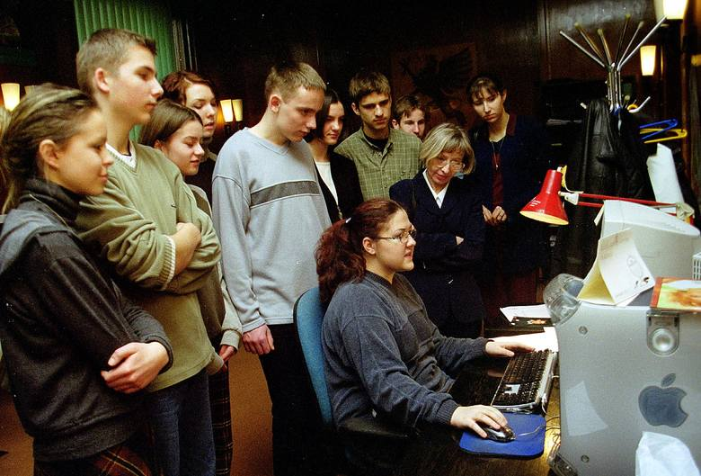 Młodzi dziennikarze z podziwem obserwowali umiejętności naszej koleżanki Moniki ze składu komputerowego.