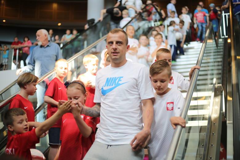 Kamil Grosicki, podstawowy piłkarz reprezentacji Polski, członek kadry na najbliższe mistrzostwa Europy, przyjechał w piątek do Słupska. Spotkał się