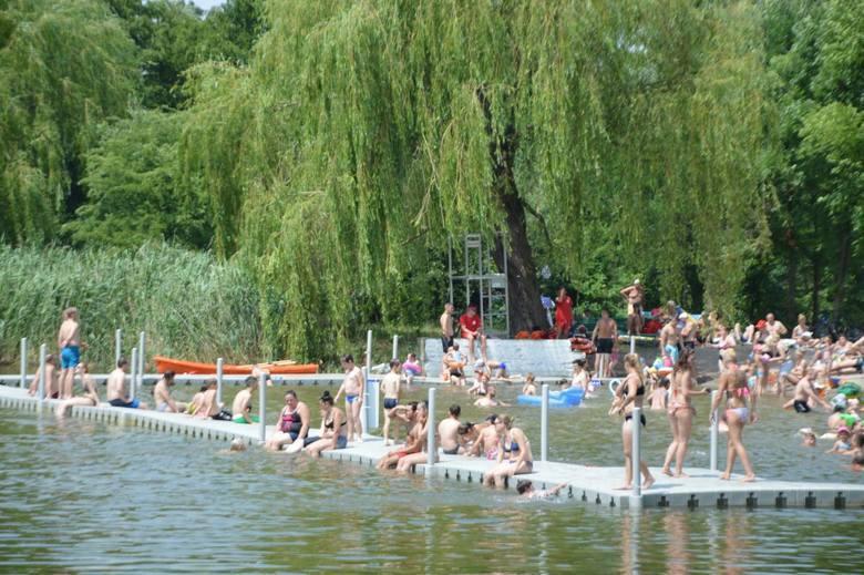 W sezonie kąpielisko przyciąga tłumy ludzi.