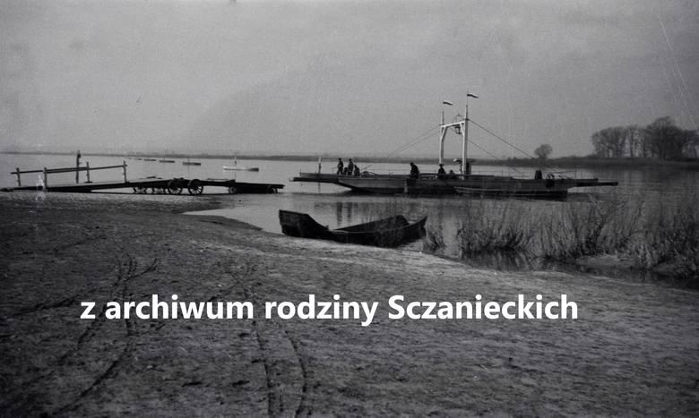 """Zbudowany w 1907 r. holownik """"Uranus"""" prowadzi berlinki w górę rzeki. Zdjęcie zostało zrobione w latach 30. między Fordonem i Chełmnem. Holownik przetrwał."""