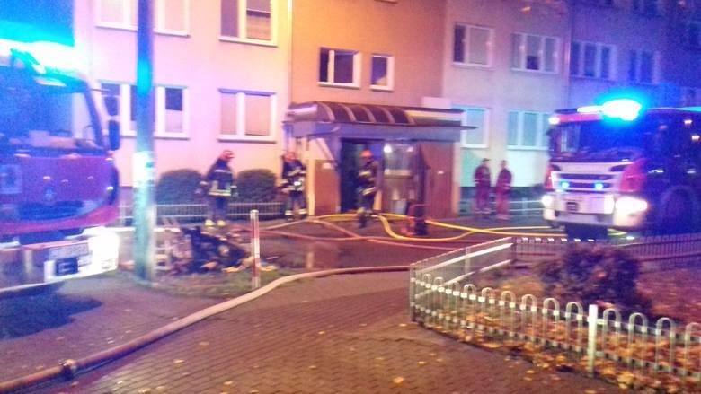 """W piątek około godziny 17 wybuchł pożar w wieżowcu przy ulicy Warneńczyka 2 w Toruniu. """"Nowości"""" były na miejscu zdarzenia. Strażacy"""