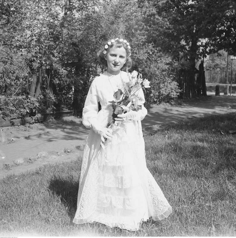 <strong>1967 rok</strong><br /> <br /> Pod koniec lat 50. i w latach 60. sukienki komunijne oraz ozdoby uległy znacznemu uproszczeniu. Welony zostały na dobre wyparte przez kokardy i naturalne wianki.