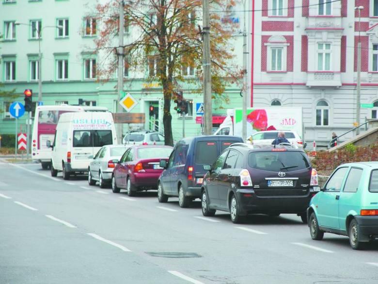 Kierowcy zjeżdżający z wiaduktu w ulicę św. Rocha czekają na czerwonym świetle. Uważają, że gdyby sygnalizacja została wyregulowana korków byłoby mn