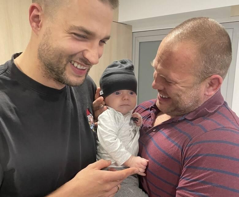 Mały Staś ze swoimi bohaterami: Mariuszem Marciniakiem i Michałem Orłem z Komendy Miejskiej PSP w Gdańsku