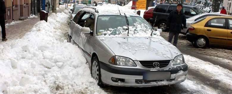 Na zaparkowaną toyotę spadł śnieg z pobliskiego budynku