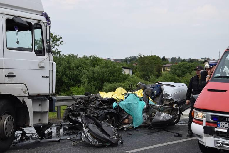 Zderzyła się ciężarówka i samochód osobowy. Ze wstępnych ustaleń wynika, że kierującemu samochodem ciężarowym nic się nie stało. Autem osobowym podróżowały