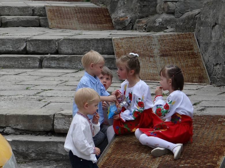 Dzieci bawiące się przed Liceum Krzemienieckim