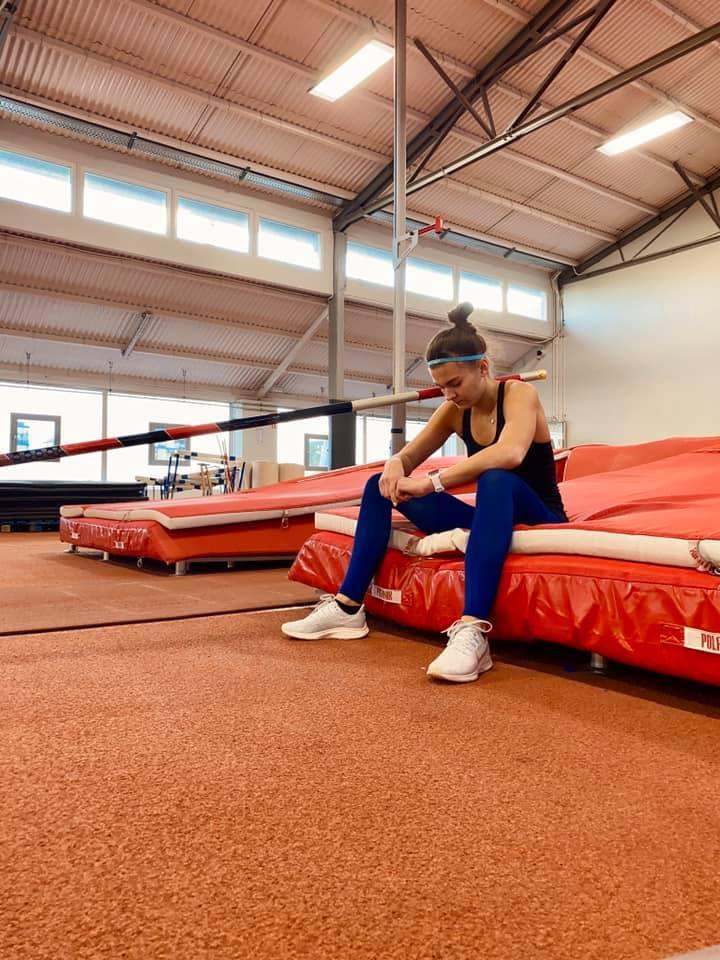Agnieszka Kaszuba, zawodniczka Klubu Lekkoatletycznego Gdynia, halową mistrzynią Polski. Tyczkarka pobiła też rekord życiowy skacząc 4.30 m