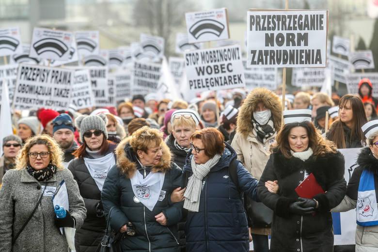 Około dwa tysiące osób bierze udział w manifestacji pielęgniarek, jaka dziś odbywa się w Rzeszowie.O godz. 11, przed szpitalem przy ul. Lwowskiej w Rzeszowie,