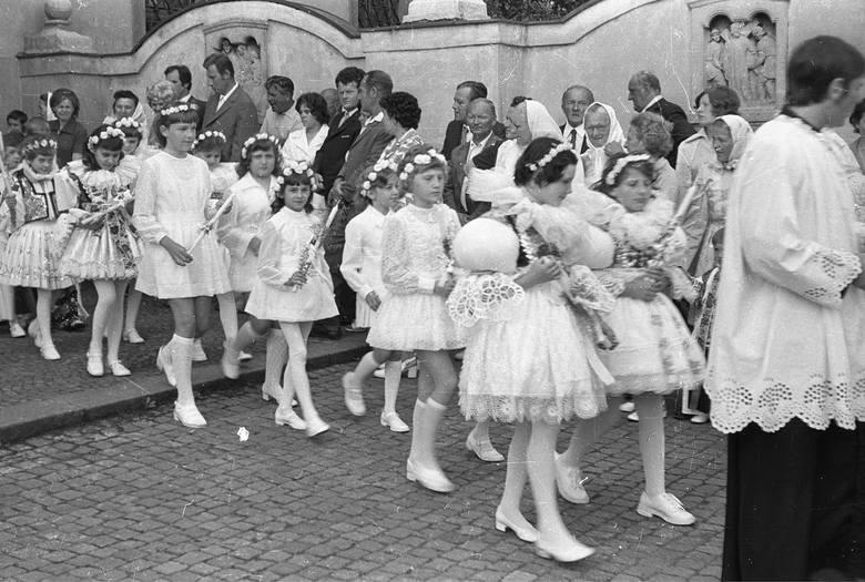 <strong>1975 rok</strong><br /> <br /> W latach 70. przy rękawach sukienek komunijnych pojawiły się bufki. Same rękawy były przeważnie długie.