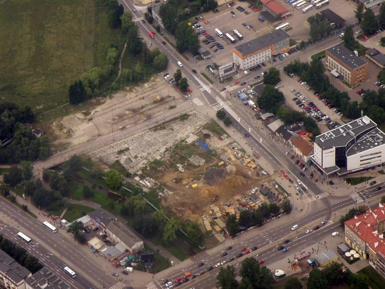 Ulica Jurowiecka, tu stanęła najnowsza białostocka galeria handlowa. W 2010 był tam jeszcze plac budowy.