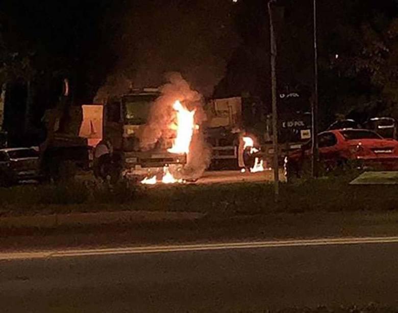 Pożar ciężarówek wybuchł w piątek, 13 września przed godz. 23.30 Na miejsce szybko dojechały trzy wozy straży pożarnej oraz jednostka OSP Stary Kisielin.