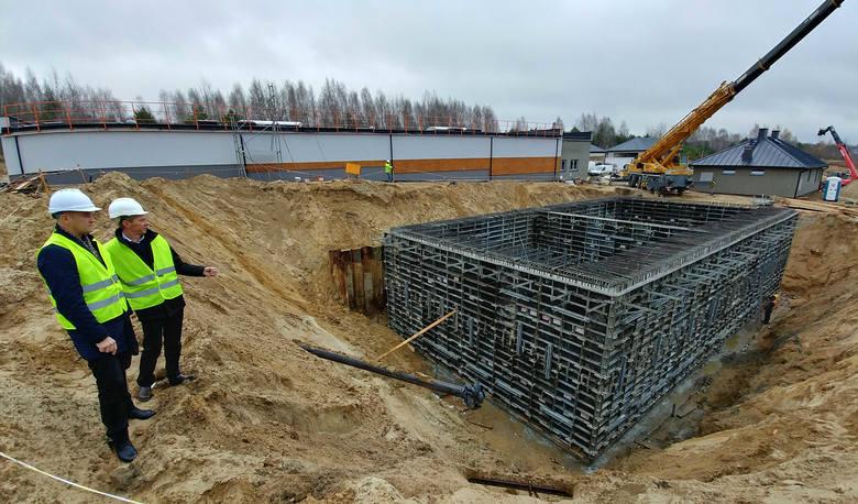 Budowę oczyszczalni ścieków w Skorzeszycach dogląda wójt Łysak i sołtys Janus
