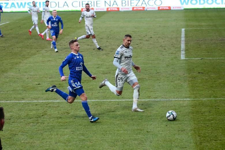 Mateusz Szwoch i Artur Jędrzejczyk gonią za piłką