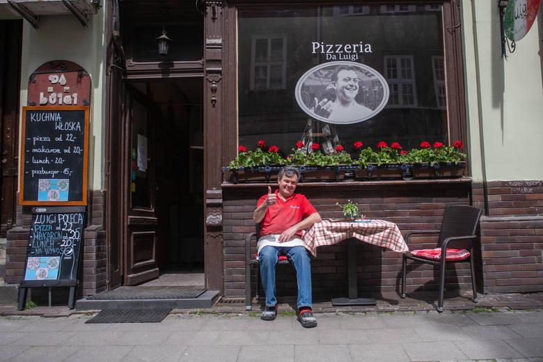 """Poznańscy restauratorzy szykują się na otwarcie ogródków gastronomicznych 15 maja 2021 r.""""Pizzerię Da Luigi"""" przy ulicy Woźnej w Poznaniu"""