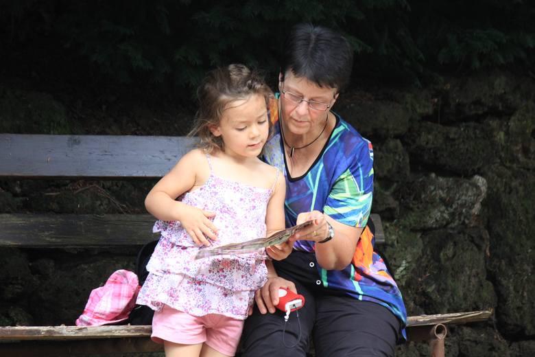 Oficjalną nianią maluszka (na umowę uaktywniającą), takiego od 20 tygodni, może zostać babcia, dziadek lub inna osoba spokrewniona, ale nie rodzice.