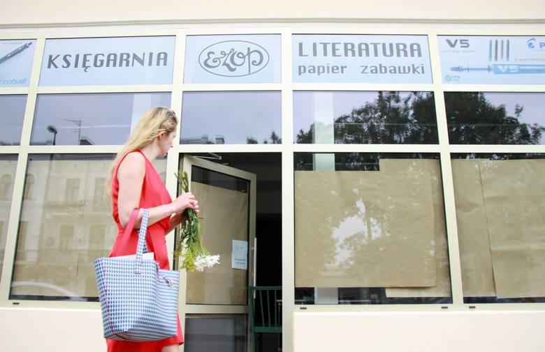 Szyld księgarni Ezop przy Krakowskim Przedmieściu 62 będziemy oglądać do końca lipca