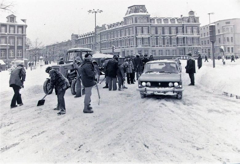 Odkopywanie miasta ze śniegu – styczeń 1979