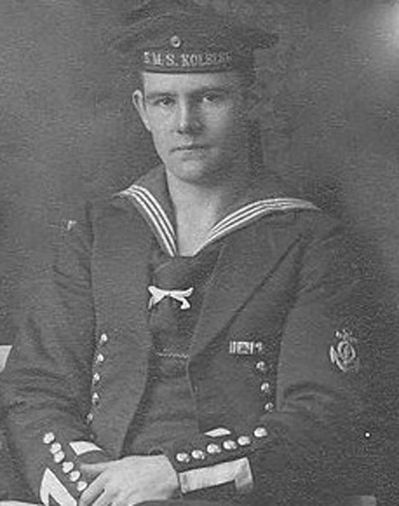 """Jeden z członków załogi lekkiego krążownika SMS """"Kolberg"""". Na wstędze czapki widoczna nazwa okrętu"""