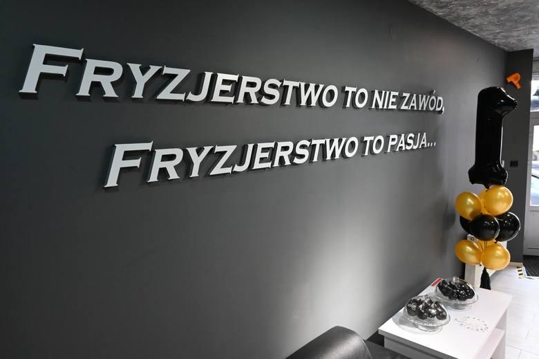 """Salon fryzjerski Michała Prędoty z Kielc świętuje rok. """"Ruszyłem w trudnym czasie pandemii, ale nie żałuję"""" (WIDEO, ZDJĘCIA)"""