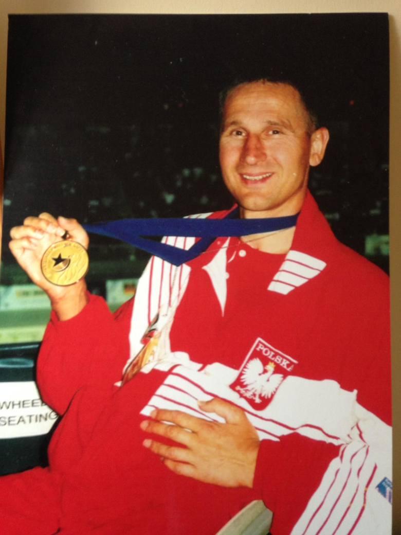 Mirosław Piesak ze złotym medalem z Atlanty (24.08.1996 r.).Rekord świata na 50 m stylem dowolnym
