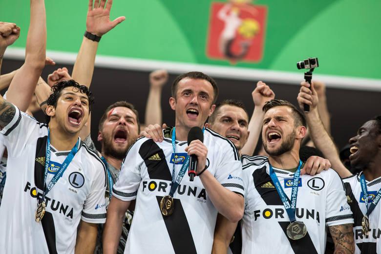 Ekstraklasa gra z przerwami od 1927 roku. Co roku wyłaniany jest mistrz Polski, który na stałe zapisze się w historii naszego futbolu. Ile jest drużyn,