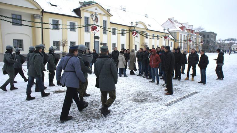 Stan wojenny w centrum Białegostoku. Inscenizacja przed Archiwum (zdjęcia)