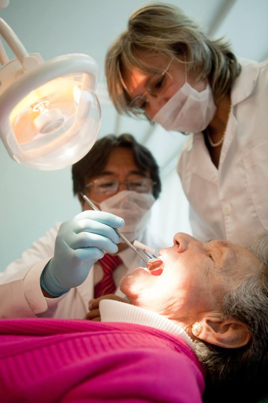 Pielęgnacja dojrzałych zębów. Stomatolodzy przekonują, że na poprawę zdrowia i wyglądu zębów nigdy nie jest za późno