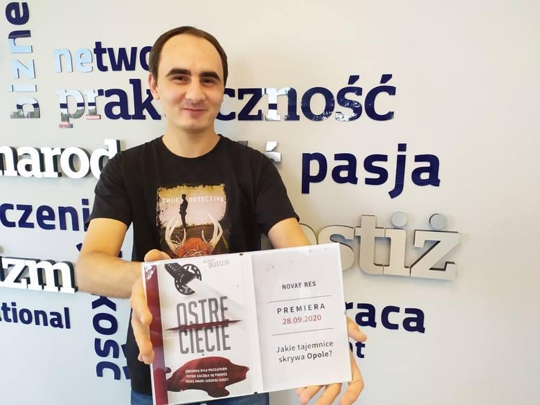 Adam Budzik ze swoją pierwszą książką, kryminałem, którego akcja dzieje się w Opolu i okolicach.