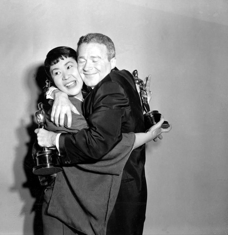 """Miyoshi Umeki i Red Buttons z Oscarami za najlepsze role drugoplanowe, które otrzymali w 1958 r. za film """"Sayonara""""."""