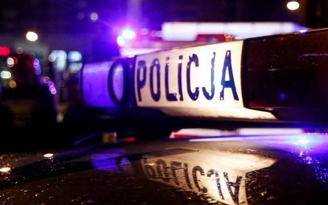 Kobieta próbowała potrącić policjanta. Uderzyła w radiowóz