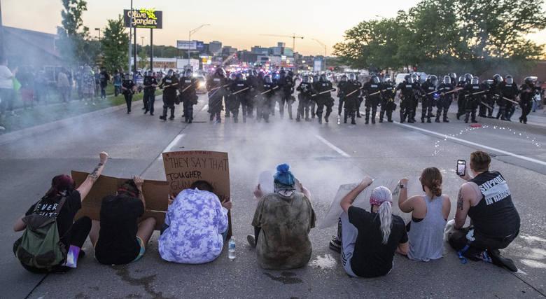 Demonstranci blokują ulicę w Omaha w stanie Nebraska