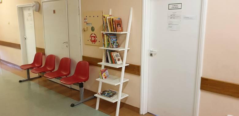 Regały na oddziale rehabilitacji Uniwersyteckiego Dziecięcego Szpitala Klinicznego już stoją. Książki na nich pochodzą z poprzednich akcji, które organizowało stowarzyszenie Pro Salute. To bajki, baśnie, kolorowo ilustrowane wierszyki, a nawet dłuższe opowieści. Oczywiście, potrzeba więcej i...