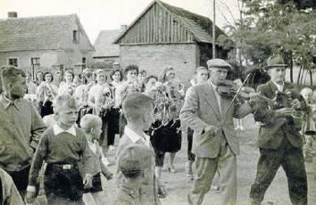 Mały Jurek Doniec pozuje do zdjęcia podczas żniw