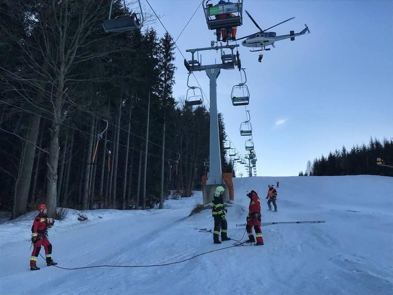Ewakuacja wyciągu narciarskiego w Czechach. W akcji strażacy z Głuchołaz