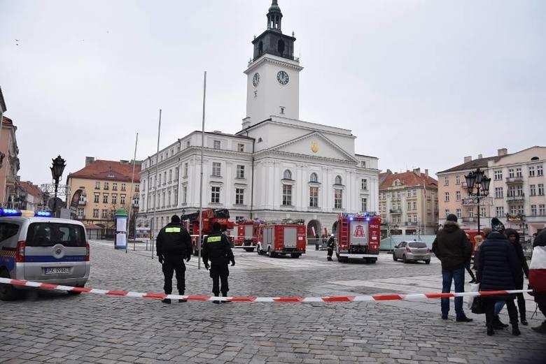 Na miejscu pracuje kilkudziesięciu strażaków. Rynek w Kaliszu został odgrodzony taśmą.<br /> <strong>Przejdź do kolejnego zdjęcia ---></strong><br />