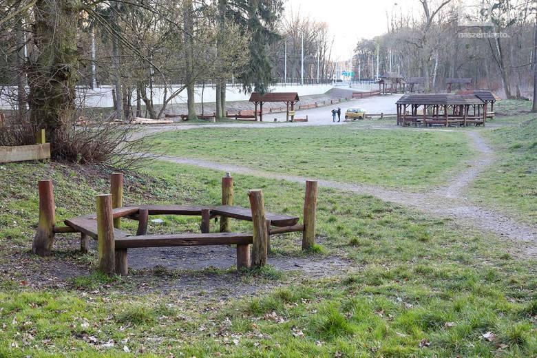 Szczecin wygląda jak opustoszały. Puste bulwary i place zabaw