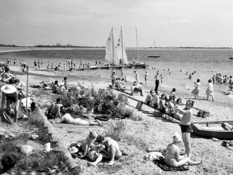 Wakacje na Opolszczyźnie w latach 60. Na zdjęciu: wypoczynek nad Jeziorem Otmuchowskim.